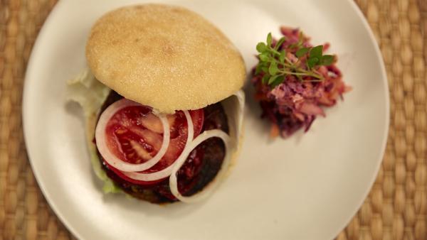 Burger ohne Fleisch? Wie das geht, probieren Alex und die Koch-Kids heute aus.  | Rechte: ZDF/ORF/René Rothkopf