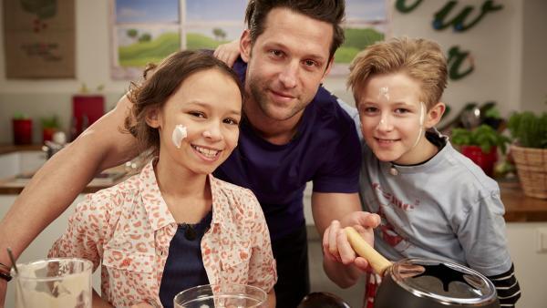 Die Koch-Kids und Alexander probieren sich am Fondue. | Rechte: ZDF/ORF/René Rothkopf