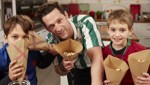 Alex und die Koch-Kids bereiten Snacks für eine Fußballparty vor. | Rechte: ZDF/ORF/René Rothkopf