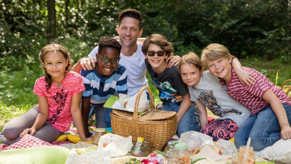 Alex und die Kinder zieht es nach draußen! Das schöne Wetter muss ausgenutzt werden und deshalb machen sie heute ein Picknick. | Rechte: ZDF/ORF/René Rothkopf