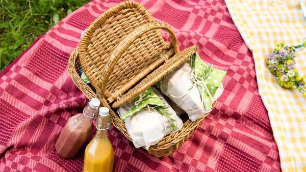 Der Picknick-Korb wird mit jeder Menge leckeren Sachen bepackt. | Rechte: ZDF/ORF/René Rothkopf