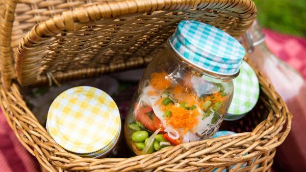 Für ihr Picknick bereiten die Kinder einen ausgefallenen Salat zu. | Rechte: ZDF/ORF/René Rothkopf
