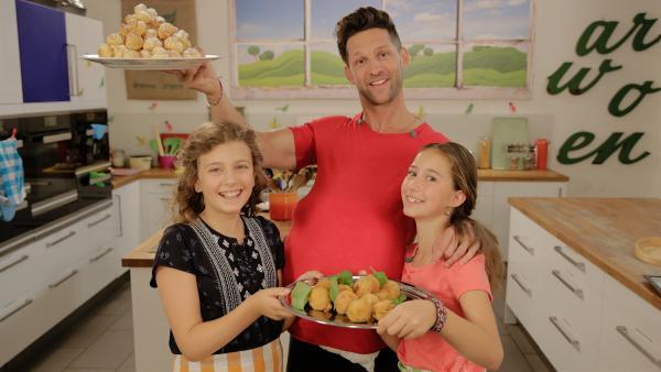 Anouk und Deniz stehen heute mit Alex in der Küche und machen ausschließlich kugeliges Essen. | Rechte: ZDF/ORF/René Rothkopf