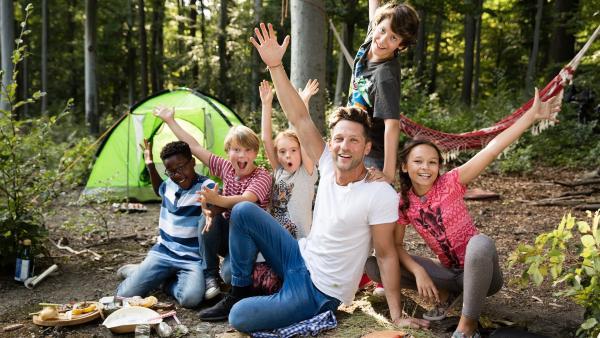 Alex hat eine Überraschung für die Kinder: Er wartet heute in der Wildnis auf sie, denn es wird gegrillt.   Rechte: ZDF/ORF/René Rothkopf