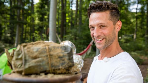 Alex hat sich etwas Besonderes überlegt: Er will das Fleisch in einem Erdloch garen. | Rechte: ZDF/ORF/René Rothkopf
