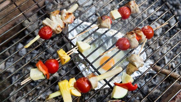 Gespickt mit Fleisch, Gemüse und Obst landen die Spieße auf dem Grill. | Rechte: ZDF/ORF/René Rothkopf