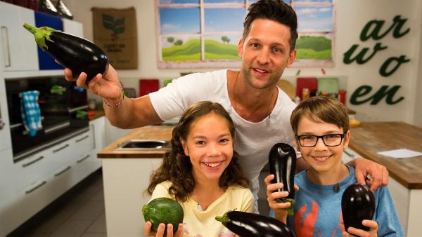 Alex rettet Lebensmittel vom Markt davor entsorgt zu werden. Moritz und Lara müssen aber erst davon überzeugt werden, mit runzligen Äpfeln und hartem Gebäck zu kochen. | Rechte: ZDF/ORF/René Rothkopf