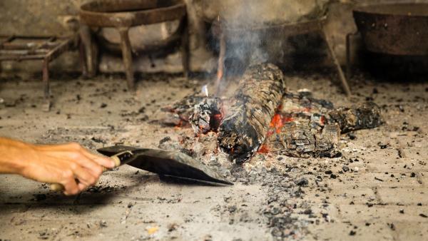 Gewöhnliche Herdplatten gab es im Mittelalter noch nicht, deshalb wird heute über dem offenen Feuer gekocht. | Rechte: ZDF/ORF/René Rothkopf