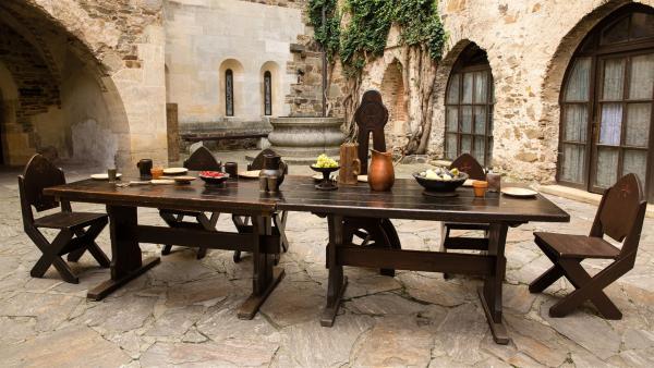 Im Burghof scheint der perfekte Platz für das Ritteressen gefunden zu sein. | Rechte: ZDF/ORF/René Rothkopf