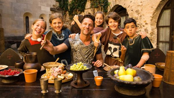 Für Alex und seine Kochkids geht es heute ab ins Mittelalter. In der Ritterburg warten einige Abenteuer auf die Kinder. | Rechte: ZDF/ORF/René Rothkopf
