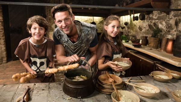 Simon und Deniz bereiten mit Alex eine gekochte Schweinshaxe und Hirsebrei zu. | Rechte: ZDF/ORF/René Rothkopf
