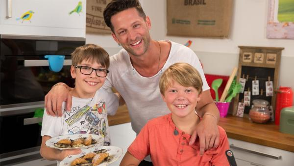 Alex, Moritz und David haben Lust auf Süßes und zaubern sich gleich drei leckere Nachspeisen. Welche Süßspeise wird den Kindern am besten schmecken? | Rechte: ZDF/ORF/René Rothkopf