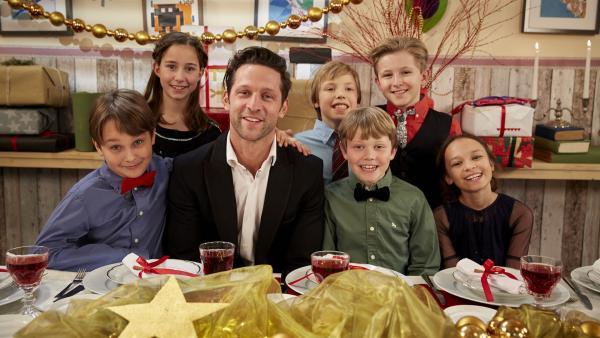Alex will mit den Kindern ein echtes Festmahl zaubern. Der Deal: Zuerst wird gekocht, dann gibt es die Geschenke. | Rechte: ZDF/ORF/René Rothkopf