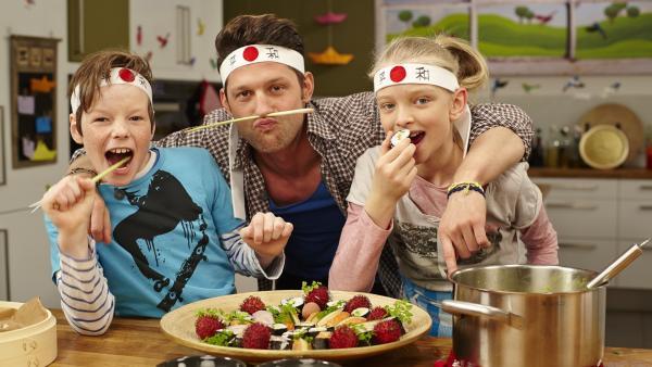 Die Kochkids Theresa und Nepomuk sind nicht nur echte Japan-Fans, sondern auch ziemlich experimentierfreudig. Gemeinsam mit Profikoch Alex kosten sie sich durch die exotischen Zutaten der japanischen Küche. | Rechte: ZDF/ORF/René Rothkopf