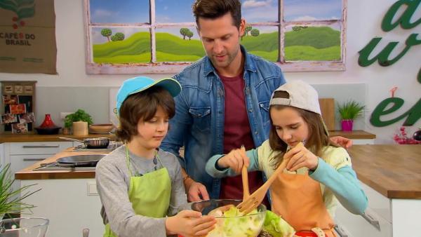 Alex und die Kochkids beim Zubereiten des Caesar Salad. | Rechte: ZDF/ORF/René Rothkopf