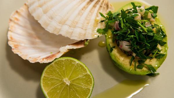eine Muschel, das Ceviche in der Avocado und eine Limettenscheibe auf einem Teller | Rechte: ZDF/René Rothkopf/ORF