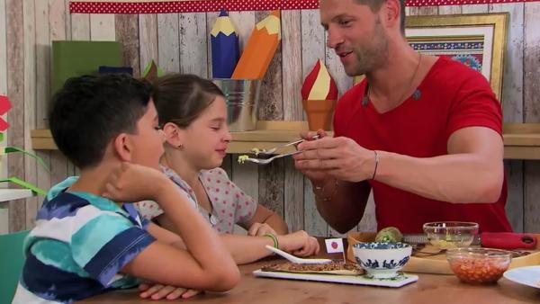 Die Kochkids Shahin und Lilly probieren Frühstück aus aller Welt mit Alex. | Rechte: ZDF/ORF/René Rothkopf