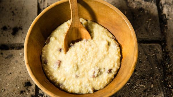 Hirsebrei ist ein einfacher, aber leckerer Nachtisch mit getrockneten Früchten und Nüssen. | Rechte: ZDF/ORF/René Rothkopf