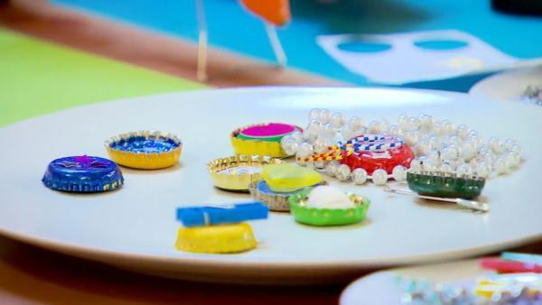 Varianten der Kronkorken-Glücksbringer auf einem Teller liegen | Rechte: ZDF/ORF/René Rothkopf