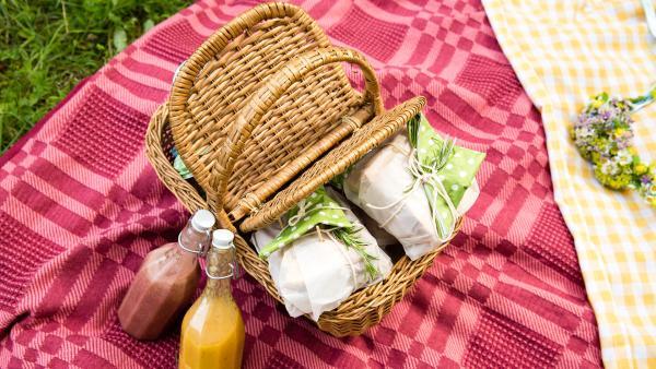 gefüllter Picknickkorb mit Getränken auf roter Decke | Rechte: ZDF/René Rothkopf/ORF