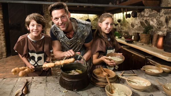 Koch Alex mit Kettenhemd mit Simon und Deniz in einer ritterlichen Küche | Rechte: ZDf/ORF/René Rothkopf