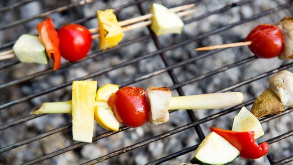 Auch Zitronengras eignet sich hervorragend als Spieß und verleiht dem Fleisch und Gemüse eine besondere Note.   Rechte: ZDF/ORF/René Rothkopf