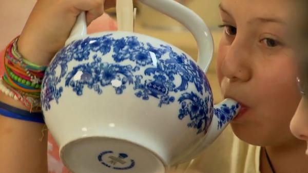 Lara und Antonia trinken aus der Teekanne. | Rechte: ZDF/ORF/René Rothkopf