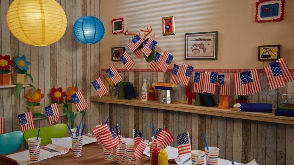 Tischdekoration mit amerikansichen Flaggen | Rechte: ZDF/ORF/René Rothkopf