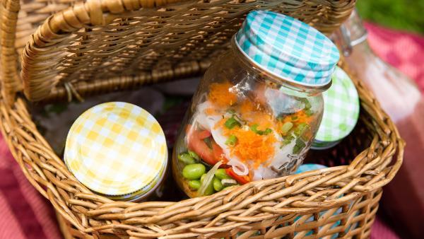 Picknickkorb mit Einmach-Gläsern, die mit Zoodle-Salat gefüllt sind. | Rechte: ZDF/René Rothkopf/ORF