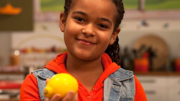 Estelle hält eine Zitrone in der Hand | Rechte: René Rothkopf/ORF