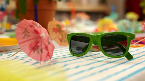 bunte Schirmchen und Sonnenbrille auf einem Tisch | Rechte: Günther Pichlkostner/ ORF