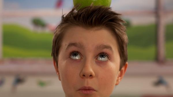 Stani mit einer Limette auf dem Kopf | Rechte: René Rothkopf/ORF