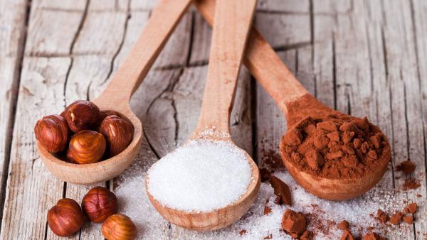 Kakao, Haselnüsse, Zucker in Holzlöffeln | Rechte: colourbox.com