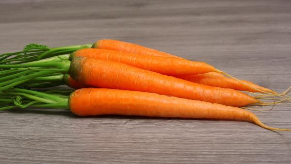 Karottenbund auf Holztisch | Rechte: colourbox.com