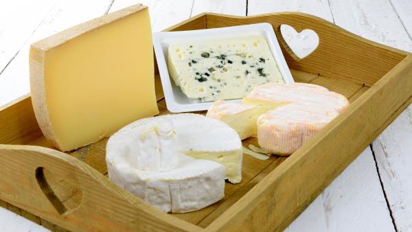 verschiedene Käsesorten auf einem Holztablett | Rechte: colourbox.com