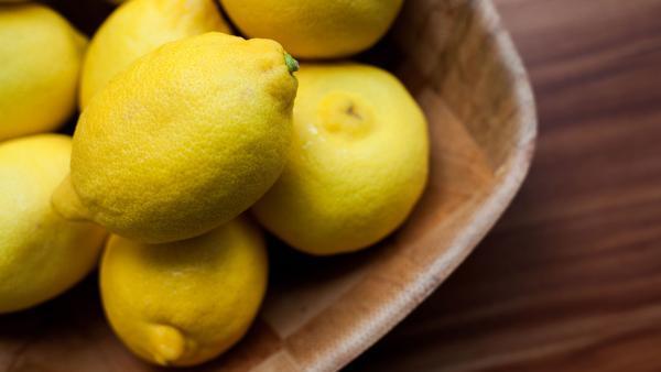 Zitronen in Schale auf Tisch | Rechte: colourbox.com