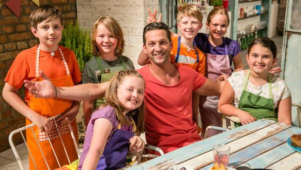 Schmatzo-Moderator und Fernsehkoch Alexander Kumptner mit den Koch-Kids.<br/> | Rechte: ZDF//Rothkopf Rene