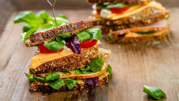 Haferbrotsandwich mit Spieß in der Mitte | Rechte: colourbox.com