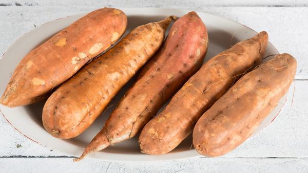 Teller mit Süßkartoffeln | Rechte: colourbox.com