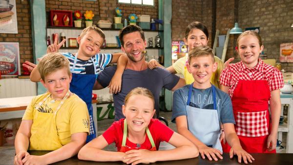 Fernsehkoch und Moderator Alexander Kumptner zeigt den Koch-Kids heute verschiedene Gerichte mit Bananen.   Rechte: ZDF//Rothkopf Rene