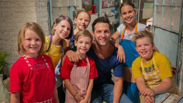 Fernsehkoch und Moderator Alexander Kumptner zaubert mit den Koch-Kids verschiedene Gerichte aus Zucchini. | Rechte: ZDF/Rothkopf Rene