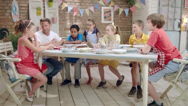 Die Kinder überlegen mit Moderator Alex, was sie mit Radieschen zubereiten können. | Rechte: ZDF/ORF