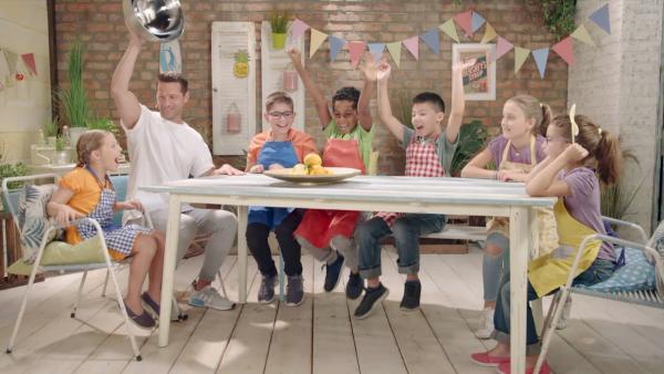 Alex und die Kinder kochen heute mit Orangen. | Rechte: ZDF/ORF