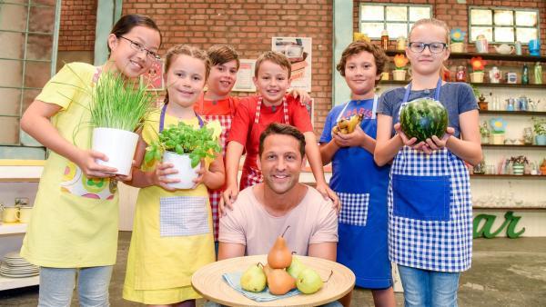 Alex und die Kinder kochen heute mit Birnen. | Rechte: ZDF/ORF/Hubert Mican