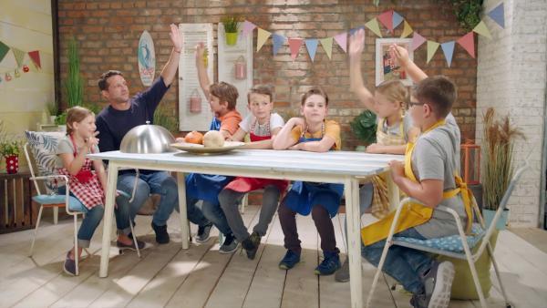 Alex und die Kinder kochen heute mit Kürbissen. | Rechte: ZDF/ORF
