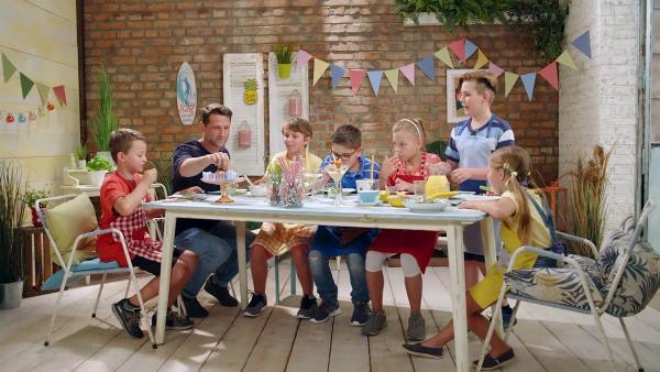 Alex und die Kinder kochen heute mit Kichererbsen. | Rechte: ZDF/ORF