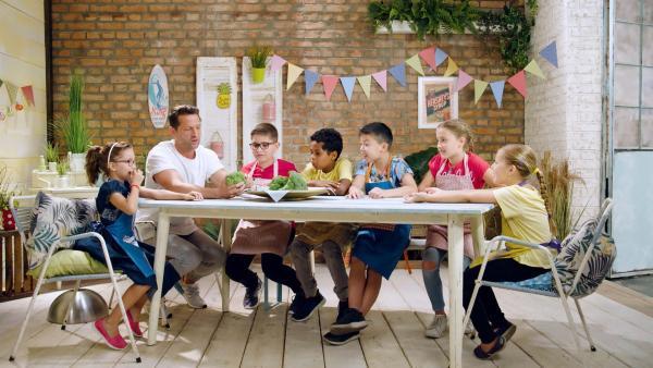 Alex und die Kinder kochen heute mit Brokkoli. | Rechte: ZDF/ORF