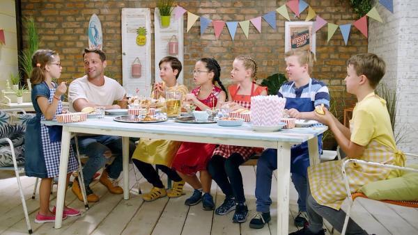 Alex und die Kinder kochen heute mit Würstchen. | Rechte: ZDF/ORF