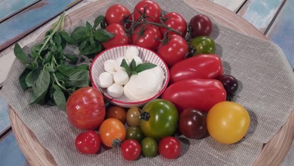 Alex und die Kinder kochen heute mit Tomaten, Mozzarella und Basilikum.   Rechte: ZDF/ORF