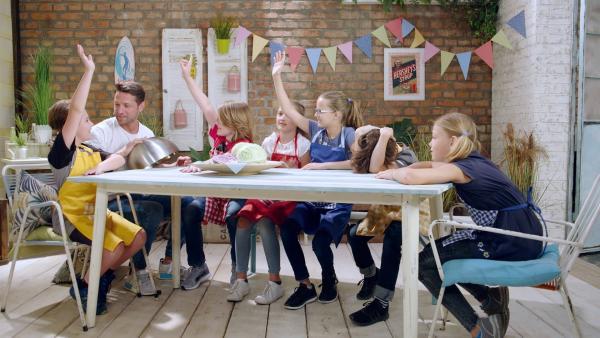 Alex und die Kinder kochen heute mit Kohl. | Rechte: ZDF/ORF